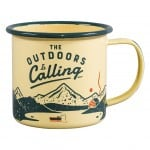 Emaljekrus fra Gentlemen's Hardware med citatet 'The Outdoors Is Calling'
